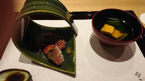 ゴハンはトリュフのせ肉寿司.png